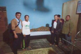 Sejumlah warga menunggui jenazah Suwono, 70, yang juga warga binaan LP Kelas IIA Sragen di rumah duka, Ketro, Tanon, Sragen, Minggu (20/10/2019). (Istimewa)