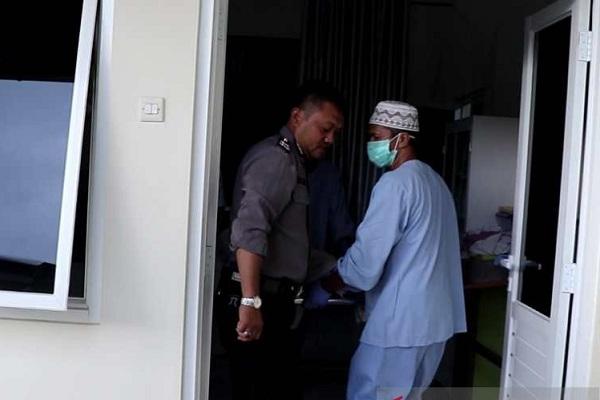 Petugas membawa jenazah korban gantung diri keluar dari Ruang Jenazah RSUD Temanggung. (Antara-Heru Suyitno)