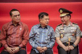 Jusuf Kalla berbincang dengan Jenderal Pol Tito Karnavian (kanan) dan Menpan RB Syafruddin (kiri) di Auditorium Mutiara STIK-PTIK, Jakarta, Jumat (18/10/2019). (Antara-Aprillio Akbar)