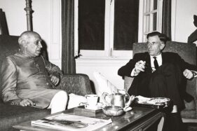 Duta Besar AS untuk India, John Kenneth Galbraith, dan Perdana Menteri India, Jawaharlal Nehru, merundingkan konflik antara India dan China, November 1962. (Wikimedia.org)