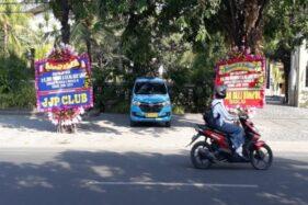 Karangan bunga ucapan selamat atas pelantikan presiden dan wakil presiden terlihat di jalan dekat rumah Jokowi di Sumber, Banjarsari, Solo, Minggu (20/10/2019) siang. (Solopos/Nicolous Irawan)