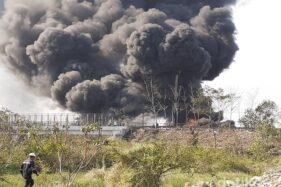 Kebakaran pipa Pertamina di lokasi proyek kereta cepat, Kota Cimahi, Jabar, Selasa (22/10/2019). (Detik.com)