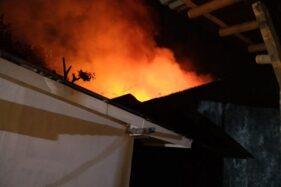 Api berkobar membakar pastoran di belakang Gereja Santo Yosep, Jl. Kaliputih, Purwokerto, Kabupaten Banyumas, Jawa Tengah, Kamis (17/10/2019) malam. (Antara-BPBD Banyumas)