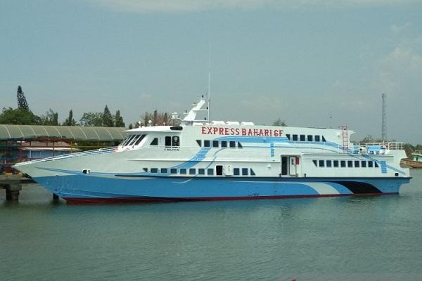 Kapal Motor Cepat Express Bahari 6F di Pelabuhan Kartini Jepara. (Antara-Akhmad Nazaruddin Lathif)