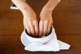 Ilustrasi mencuci tangan dengan air kobokan. (Pictagram)