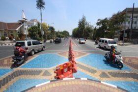 Pengendara kendaraan roda dua dan roda empat melintasi Jl. Jenderal Sudirman, Solo, yang sudah selesai proyek penataannya, Senin (21/10/2019). (Solopos/Nicolous Irawan)