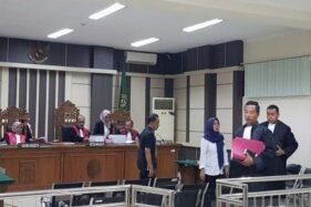 Dua pegawai BRI Purbalingga seusai menjalani sidang di Pengadilan Tipikor Semarang, Selasa (22/10/2019). (Antara-I.C. Senjaya)