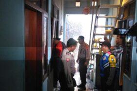 Polisi memeriksa kamar indekos yang jadi tempat kejadian perkara. (Detikc.om)