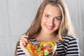 Ilustrasi makan buah. (Freepik)