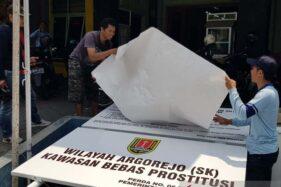 Sejumlah pekerja menyiapkan papan pengumuman menjelang penutupan kompleks Resosialisasi Argorejo yang lebih kondang sebagai lokalisasi Sunan Kuning, Kota Semarang, Jateng, Kamis (17/10/2019). (Antara-I.C. Senjaya)