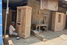 Pekerja menyelesaikan pembuatan mebel di dalam area Pasar Mebel, Banjarsari, Solo, Sabtu (19/10/2019). (Solopos/Candra Mantovani)