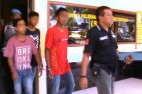 Tiga pemuda yang pesta miras dibawa ke Polsek Balung, Jember. (Detik.com)