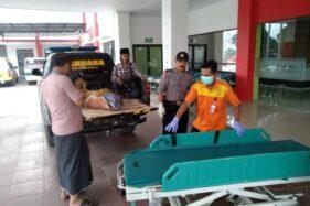 Polisi Jember membawa Tumn, 50, korban pembacokan ke rumah sakit. (detik.com)