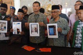 Aparat Polrestabes Surabaya beserta tokoh agama menunjukkan tangkapan gambar konten penghinaan agama yang disebar Oscar. (Detik.com)