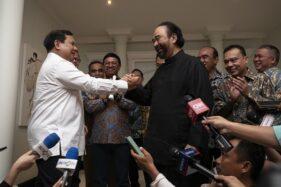 Ketua Umum Partai Gerindra Prabowo Subianto (kiri) berjabat tangan dengan Ketua Umum Partai NasDem Surya Paloh di kawasan Permata Hijau, Jakarta, Minggu (13/10/2019). (Antara-Dhemas Reviyanto)