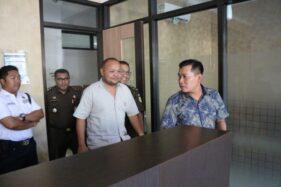 Ketua Asosiasi Penyedia Jasa Klaten, Mukhlis Mursidi (berbaju putih), ditahan Kejari Klaten, Kamis (17/10/2019). (Istimewa/Kejari Klaten)