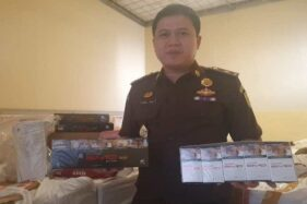 Kepala Seksi Pidana Khusus Kejari Temanggung Sabrul Iman menunjukkan barang bukti rokok dengan cukai ilegal, Jumat (18/10/2019). (Antara-Heru Suyitno)