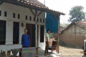 Orang tua Fitria Diana, Sunarto, 51, bersama putranya Muhammad Jihan Fahira di rumahnya Desa Sitanggal, Kabupaten Brebes, Jawa Tengah. (Antara-Kutnadi)