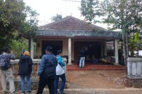Rumah tinggal terduga teroris di Gunungpati, Kota Semarang, didatangi puluhan awak media, Selasa (15/10/2019). (Semarangpos.com-Imam Yuda S.)