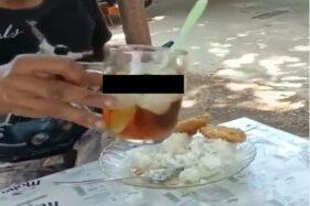 Pria memakan nasi dengan kuah es teh. (Instagram-@guyonmaton_)