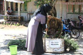Warga memasukkan sampah ke tempat sampah di depan rumahnya, Desa Kesongo, Kecamatan Tuntang, Kabupaten Semarang, Jawa Tengah, Jumat (11/10/2019). (Antara-Humas Pemprov Jateng)