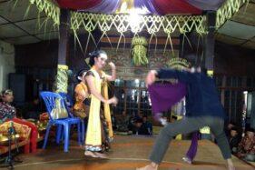 Pementasan tarian Tayub dalam tradisi Saparan Merti Dusun di kawasan lereng Gunung Sumbing, Dusun Krandegan, Desa Sukomakmur, Kecamatan Kajoran, Kabupaten Magelang, Jawa Tengah, Sabtu (19/10/2019). (Antara-Hari Atmoko)