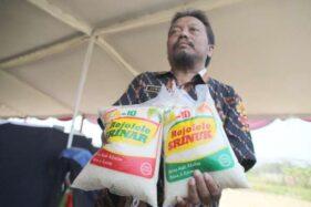 Pegawai Bappeda Klaten menunjukkan sampel beras Rajalele Srinuk dan Srinar yang diluncurkan di Desa Gempol, Kecamatan Karanganom, Klaten, Selasa (22/10/2019). (Solopos-Taufiq Sidik Prakoso)