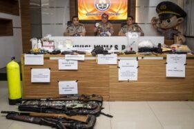 Karopenmas Polri Brigjen Pol Dedi Prasetyo (tengah)menyampaikan keterangan pers pengungkapan kasus terorisme di Divisi Humas Mabes Polri, Jakarta, Kamis (17/10/2019). (Antara - Dhemas Reviyanto)