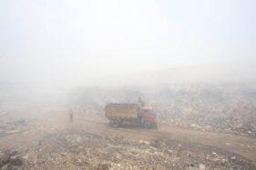 Truk pengangkut sampah menembus kabut asap di TPA Putri Cempo Solo, Senin (7/10/2019). (Solopos/Nicolous Irawan)