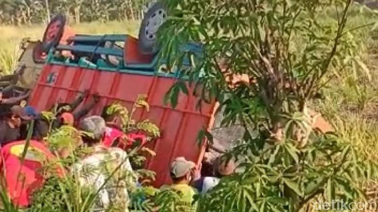 Truk Pengangkut Puluhan Buruh Tani Terguling di Ngawi, 1 Tewas 10 Luka-Luka