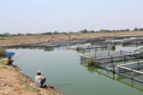 Dua warga memancing ikan di pinggir Waduk Mulur, Kecamatan Bendosari, Sukoharjo, Selasa (22/10/2019). (Solopos/Bony Eko Wicaksono)
