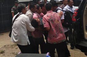 Menko Polhukam Wiranto digotong dari mobil menuju ruang UGD Menes Medical Center (MMC) setelah diserang di Alun-Alun Menes usai meresmikan ruang kuliah bersama Universitas Matlaul Anwar di Pandeglang, Banten, Kamis (10/10/2019). (Antara - Weli Ayu Rejeki)