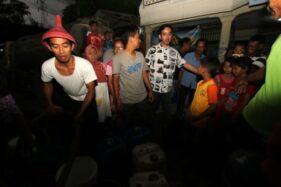 Gibran Rakabuming Raka meninjau proses droping air bersih di Kadipiro, Banjarsari, Solo, Jumat (1/11/2019). (Solopos/Nicolous Irawan)