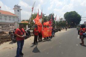 Belasan buruh dari KASBI Madiun melakukan aksi unjuk rasa menolak kenaikan UMK Rp1,9 juta/bulan di depan Balai Kota Madiun, Rabu (20/11/2019). (Abdul Jalil/Madiunpos.com)