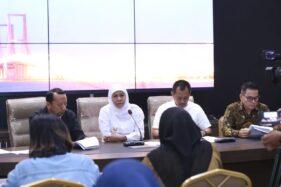 Gubernur Jawa Timur Khofifah Indar Parawansa menyampaikan kenaikan UMK Jatim 2020 sebesar 8,51% kepada wartawan, Rabu (20/11/2019). (Istimewa/Pemprov Jatim)