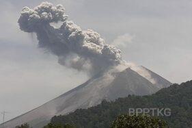 Foto Gunung Merapi meletus, Minggu (17/11/2019). (Twitter/@BPPTKG)