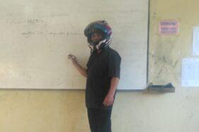 Guru pakai helm full face saat mengajar. (Twitter)