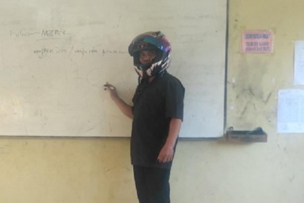Viral Foto Guru Ngajar Pakai Helm Full Face di SMPN 3 Bayat Klaten Akibat Plafon Rusak