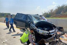 Polisi melakukan olah TKP di lokasi kecelakaan lalu lintas jalan tol Batang-semarang, Selasa (19/11/2019). (Antara-Kutnadi)