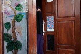 DM, istri dari ADM yang ditangkap Densus 88 Antiteror di Pasuruan. (detik.com)