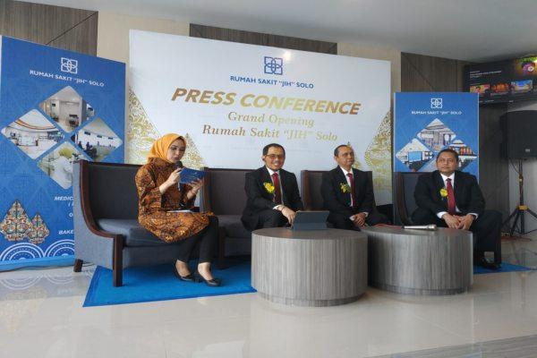 Public Relations RS JIH Solo, Sri Retno Sariningrum (kiri), saat memandu konferensi pers bersama jajaran direksi RS JIH Solo, Sabtu (9/11/2019) siang. (Solopos/Ichsan Kholif Rahman)