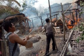 Petugas pemadam kebakaran dibantu TNI, Polri, dan warga berusaha memadamkan api di rumah warga Dusun Blimbing, Eromoko, Wonogiri, Jumat (22/11/2019). (Istimewa/Polres Wonogiri)