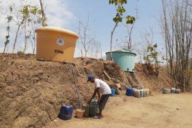 Parno, warga Desa Duri, Kecamatan Slahung, Kabupaten Ponorogo menunggu distribusi air bersih dari Pemkab Ponorogo yang rutin dikirim sepekan dua kali, Selasa (15/10/2019)