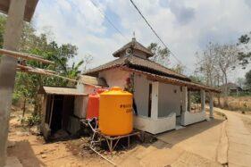 Koordinator sumur dalam Trenceng, Dukuh Trenceng, Desa Mrican, Kecamatan Jenangan, Kabupaten Ponorogo, Nuriyanto, 43, membersihkan bak penampungan air yang bersumber dari sumur dalam, Selasa (24/9/2019). (foto 2)