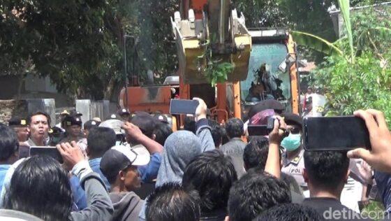 Warga Jl. Kepiting, Banyuwangi, menolak penggusuran rumah mereka. (detik.com)