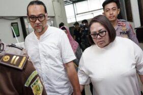Nunung dan suaminya di sidang tuntutan, Rabu (13/11/2019). (Detik.com)