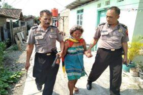 Anggota Polsek Wonogiri Kota mengamankan perempuan yang membawa pisau di Lingkungan Kaloran, Giritirto, Wonogiri, Rabu (20/11/2019). (Istimewa/Polres Wonogiri)