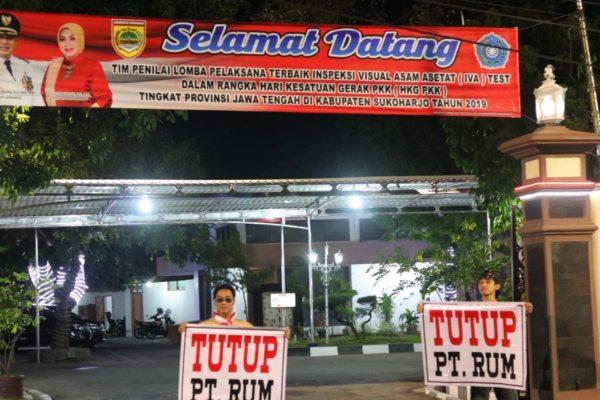 Bawa Spanduk Tutup PT RUM, Warga Sukoharjo Demo di Depan Rumdin Bupati