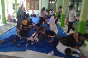 Puluhan siswa SMPN 1 Perak, Kabupaten Jombang, dirukyah. (detik.com)