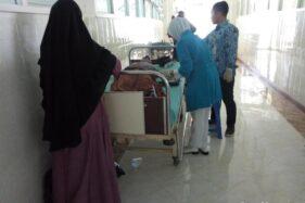 Seorang santri yang keracunan dirawat di RSUD dr Harjono Ponorogo, Senin (18/11/2019). (detik.com)